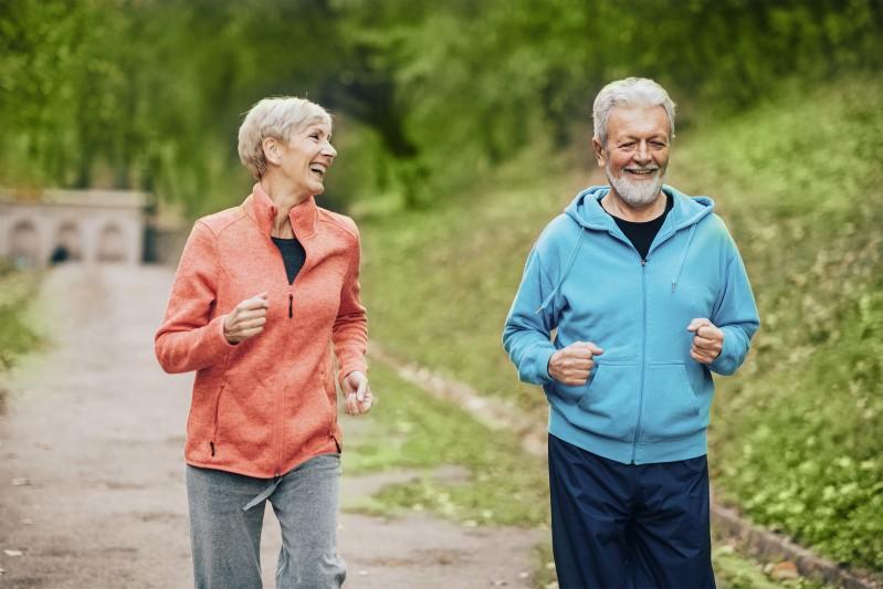 Fittes Paar jogged im Park zusammen